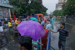 Devotos em torno de Rath em Kolkata sob a chuva Imagens de Stock