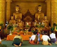 Devotos en templo. Pagoda de Shwedagon Imagen de archivo libre de regalías