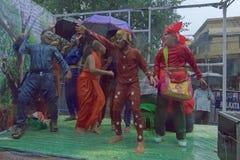 Devotos fêmeas em torno de Rath em Kolkata sob a chuva Imagens de Stock Royalty Free