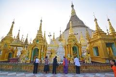 Devotos femeninos birmanos de diversas clases sociales que ruegan en la pagoda de Shwedagon Foto de archivo libre de regalías