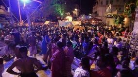 Devotos hindúes que bailan para el festival de Charhak, por el Año Nuevo bengalí que da la bienvenida 1424 almacen de metraje de vídeo