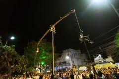 Devotos hindúes que cuelgan en el aire para el festival de Charhak, por el Año Nuevo bengalí que da la bienvenida 1424 Foto de archivo libre de regalías
