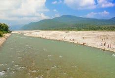 Devotos que toman el baño en el río himalayan Imágenes de archivo libres de regalías