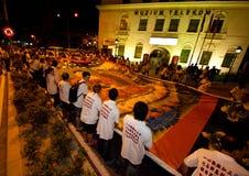 Devotos y flotadores de Buddhish en la procesión del wesak Foto de archivo