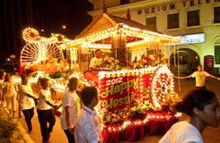 Devotos y flotadores de Buddhish en la procesión del wesak fotografía de archivo libre de regalías