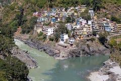 Devprayag последнее prayag реки Alaknanda и от этого пункта стечение реки Alaknanda и Bhagirathi как g стоковые изображения rf