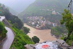 Devprayag, das Zusammenströmen von Flüssen Alaknanda und Bhagirathi, Uttarakhand, Indien Stockbilder
