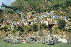 Devprayag stad med färgrika hus Fotografering för Bildbyråer