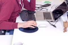 Deweloper oprogramowania, koder lub programista pracuje na komputerze, Zdjęcie Royalty Free