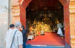 Dewotka klęczy przy ciekami michaelita wśrodku świątyni Zdjęcie Royalty Free