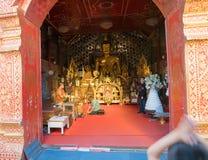 Dewotka klęczy przy ciekami michaelita wśrodku świątyni Fotografia Stock