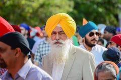 Dewotka sikhijczyk z żółtym turbanu wmarszem obrazy royalty free