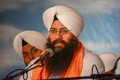 Dewotka sikhijczyk z białym turbanem zdjęcie stock