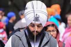 Dewotka sikhijczyk z białym turbanem recytuje modlitwę zdjęcia stock