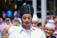 Dewotka sikhijczyk z czarnym turbanem recytuje modlitwę obraz royalty free