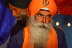 Dewotka sikhijczyk z pomarańczowym turbanem obrazy royalty free