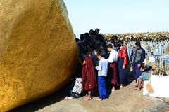 Dewotki blisko Złotej skały Kyaiktiyo pagoda Mon stan Myanmar obrazy stock