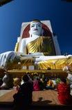Dewotki ono modli się przy Kyaikpun pagodą Bago Myanmar zdjęcie stock