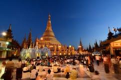 Dewotki przy półmrokiem Shwedagon pagoda yangon Myanmar obraz royalty free