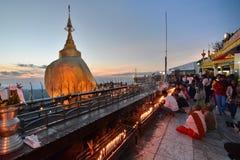 Dewotki przy Złotą skałą Kyaiktiyo pagoda Mon stan Myanmar zdjęcie royalty free
