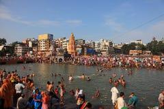 Dewotki przychodzić kąpać się w rzece przy Kumbh Mela zdjęcie stock