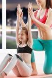 Dez anos de menina que strething na classe da aptidão Foto de Stock