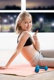 Dez anos de menina que strething na classe da aptidão Imagens de Stock Royalty Free
