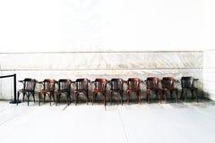 Dez cadeiras de madeira no fundo branco imagem de stock royalty free