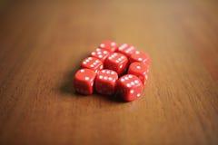 Dez dados vermelhos em uma tabela Fotos de Stock
