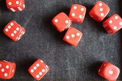 Dez dados vermelhos em uma tabela preta Foto de Stock Royalty Free