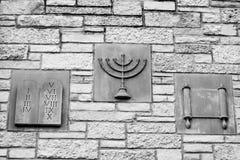 Dez mandamentos, Menorah, rolo - símbolos religiosos foto de stock royalty free