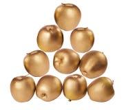Dez maçãs douradas no fundo branco isolado Fotografia de Stock Royalty Free