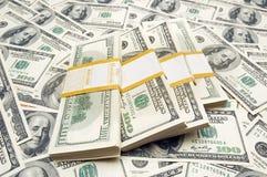 Dez mil pilhas do dólar no fundo do dinheiro foto de stock