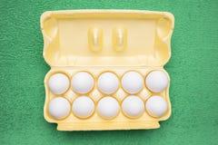 Dez ovos da galinha em uma bandeja Fotografia de Stock Royalty Free