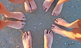 Dez pés de uma família na praia Imagens de Stock Royalty Free