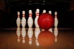 Dez pinos brancos em uma pista de boliches com batida da bola Foto de Stock Royalty Free