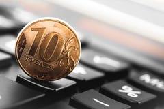 Dez rublos de moeda com calculadora Foto de Stock Royalty Free