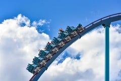 Deze achtbaan is gekend voor hoge snelheden, diepe duikvluchten en trillingen rond elke draai in Seaworld op Internationaal Aandr stock fotografie
