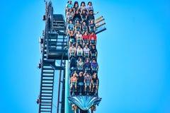 Deze achtbaan is gekend voor hoge snelheden, diepe duikvluchten en trillingen rond elke draai in Seaworld op Internationaal Aandr royalty-vrije stock foto