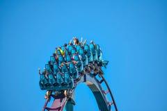 Deze achtbaan is gekend voor hoge snelheden, diepe duikvluchten en trillingen rond elke draai in Seaworld op Internationaal Aandr stock foto