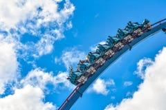 Deze achtbaan is gekend voor hoge snelheden, diepe duikvluchten en trillingen rond elke draai in Seaworld op Internationaal Aandr stock foto's