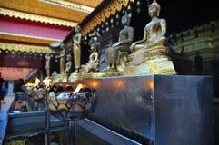 De Standbeelden van Boedha met Lamp Royalty-vrije Stock Afbeeldingen