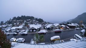 Deze foto werd genomen uit mijn venster Het was een zeer koude de winterdag in Nieuw Zeeland Dik sneeuw behandeld dak, auto's en royalty-vrije stock afbeelding