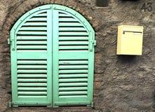 Deze groene vensterzonneblinden stock foto's