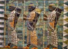 Deze mensen met bogen en spears worden afgeschilderd bij Ishtar-Poort, één van de poorten aan oude Babylon stock afbeeldingen