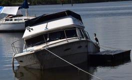 Deze oude boot is op dit moment mijn nieuw huis Stock Afbeelding
