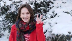 Deze video is over Aantrekkelijk mooi meisje maakt vredesteken buiten Jonge volwassene die gebaren en het glimlachen maken stock video