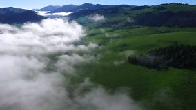 Deze video is over Bergen in de wolken stock videobeelden