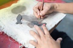 Deze vrouw verfraait het aardewerk Royalty-vrije Stock Foto