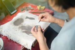 Deze vrouw verfraait het aardewerk Stock Afbeeldingen